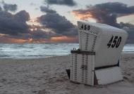 Strandkorb auf Sylt kurz nach Sonnenuntergang mit dramatischer Wolkenstimmung