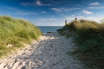 Weg zum Strand mit Strandhafer bewachsen und Blick aufs Meer auf Sylt