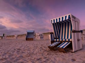 Strandkorb am Strand kurz nach Sonnenuntergang