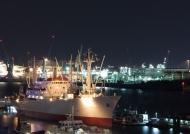"""Das Museumsschiff """"Cap San Diego"""" im Hamburger Hafen bei Nacht"""