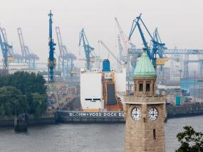 Die Landungsbrücken mit Pegelturm in St. Pauli